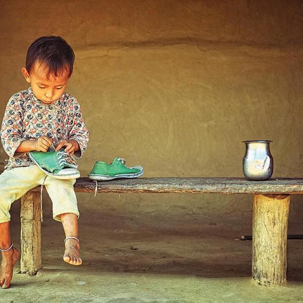 ребенок с туфлей