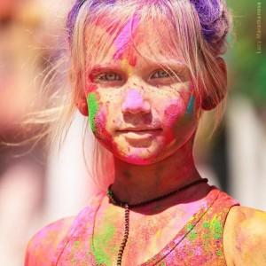 девочка в краске Холи