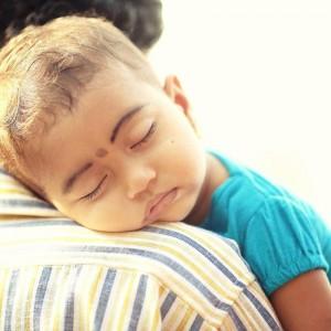 индийский ребенок уснул на плече папы