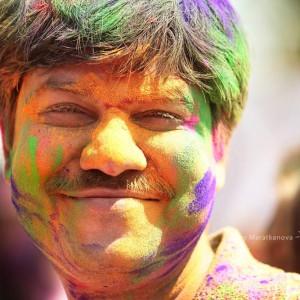 Улыбающийся мужчина на празднике Холи в Джайпуре. Фото Люся Маратканова