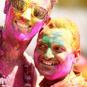 индус и иностранец поздравляют друг друга с праздником Холи. Фото Люся Маратканова