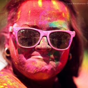 европейка раскрашена красками Холи в Джайпуре. Фото Люся Маратканова