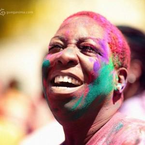 негритянка радуется празднику Холи в Джайпуре. Фото Люси Мараткановой