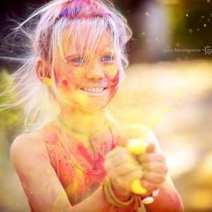 Девочка блондинка в красках праздника Холи. Фото Люся Маратканова