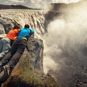 двое над водопадом Деттифосс. Исландия.