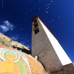 синее небо с птицами в Тибете