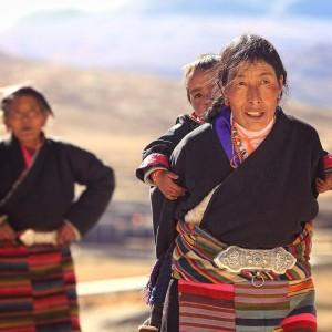 Тибет, паломница с ребенком
