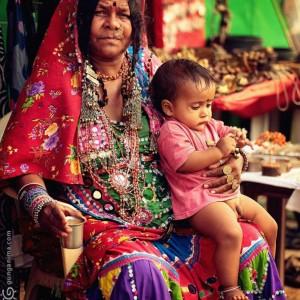 индианка с ребенком на коленях