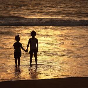 мальчик с девочкой на берегу океана