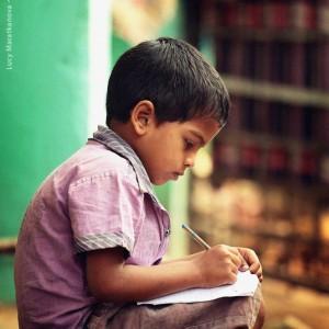 индийский мальчик пишет
