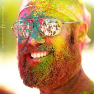 бородатый человек в красках Холи