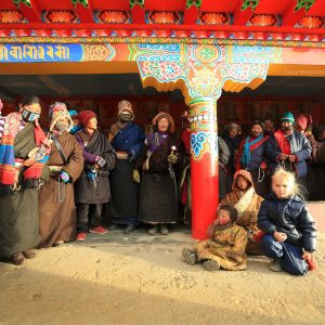 Тибетцы окружили девочку блондинку. Фото Люся Маратканова.