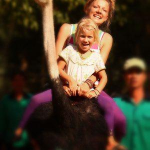 мама с дочкой верхом на страусе в Нячанге во Вьетнаме. Фото Люся Маратканова.