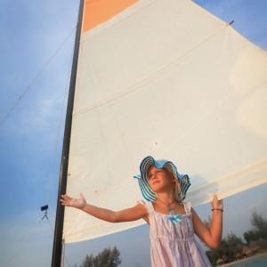 девочка на яхте под парусом в Камбодже. Фото Люся Маратканова.