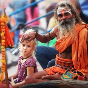 Садху и девочка в Варанаси в Индии. Фото Люся Маратканова.