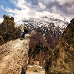 девочка на фоне гор Аннапурны в Непале. Фото Люся Маратканова.