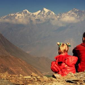 мать и дочь смотрят на горы в Непале. Фото Люся Маратканова