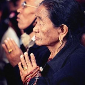 Тибетская женщина с четками молится. Фото Люся Маратканова