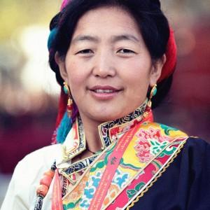 Тибетская женщина в нарядном костюме. Фото Люся Маратканова