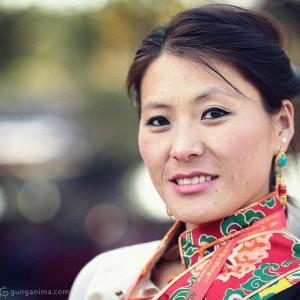 портрет молодой тибетской женщины. Фото Люся Маратканова