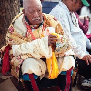 Тибетский дедушка в нарядном костюме