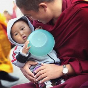 Тибетский монах нянчит ребенка. Фото Люся Маратканова