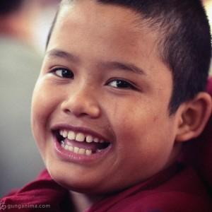 Маленький тибетский монах смеется. Фото Люся Маратканова