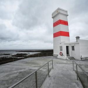 3D фото красно-белого маяка в серых тонах в исландском Гардуре. Фото Люся Маратканова