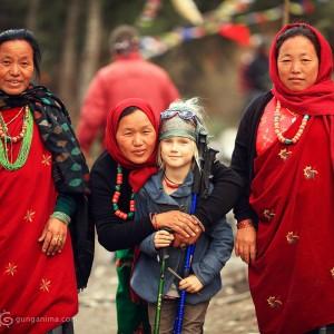 Тибетские женщины и русская девочка блондинка в треке вокруг Аннапурны в Непале. Фото Люся Маратканова.
