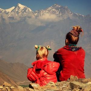 Мать и дочь смотрят на горы в треке под Аннапурну в Непале. Фото Люся Маратканова