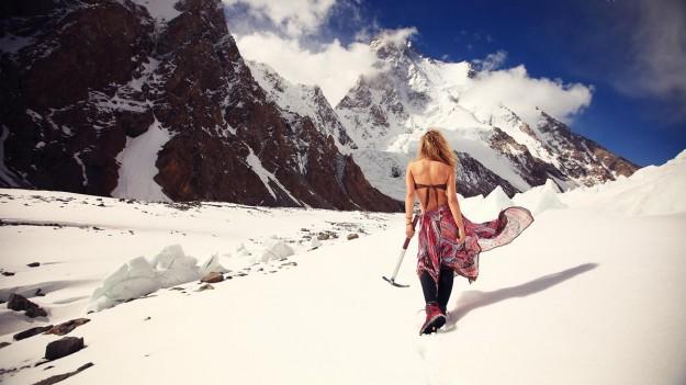 Девушка с ледорубом на фоне Каракорум гор в Пакистане. Фото Люся Маратканова