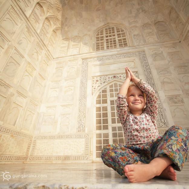 девочка намасте в Тадж Махале. Фото Люся Маратканова