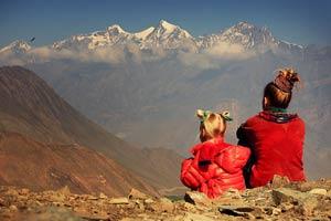 Мать и дочь смотрят на горы в Тибете. Фото Люси Мараткановой