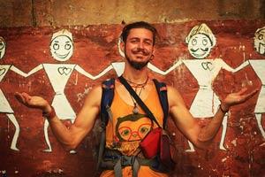 Мужчина с усами на фоне настенных рисунков в Варанаси. Фото Люси Мараткановой