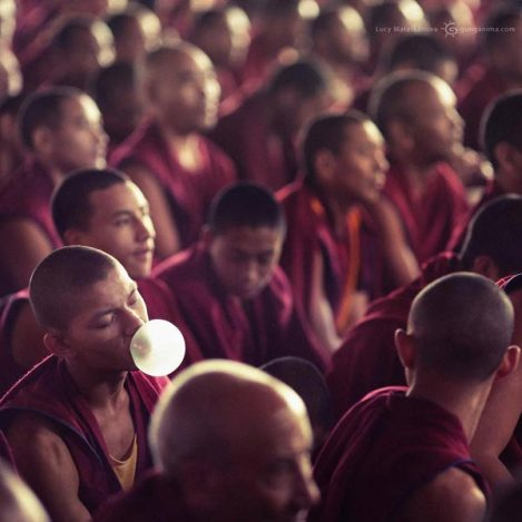 монах надул пузырь жвачки на учениях Далай Ламы. Фото Люси Мараткановой