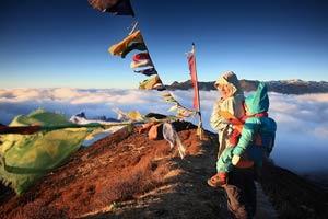 женщина с ребенком на вершине горы в индии
