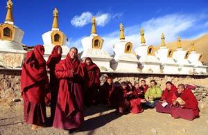 тибетские монахи фотографируются с иностранцем. Фото Люси Мараткановой