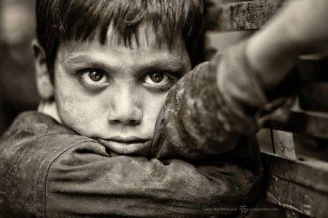 маленький индиец с усталыми глазами в Дели. Фото Люси Мараткановой