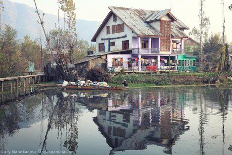 Дом на берегу озера Дал. Шринагар (Сринагар). Фото Люси Мараткановой