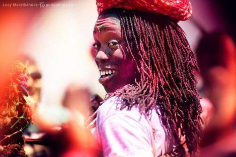 негритянка раскрашенная в Холи. Фото Люси Мараткановой