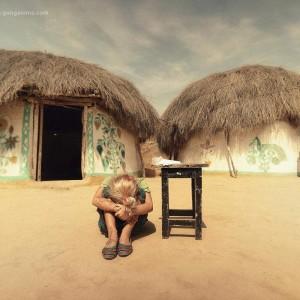 девочка на фоне глинобитных хижин с пустыне Тар. Фото Люся Маратканова