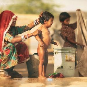 индианка моет голого мальчика в пустыне Тар. Фото Люся Маратканова