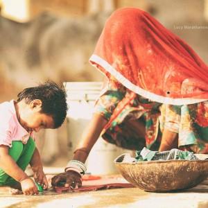 индианка играет с сыном в пустыне Тар. Фото Люся Маратканова