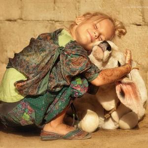 девочка обнимает теленка в пустыне Тар. Фото Люся Маратканова