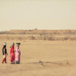 индианки несут горшки с водой на голове в пустыне Тар