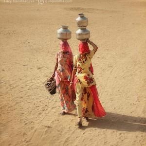 две индианки несут горшки с водой на голове. Фото Люся Маратканова
