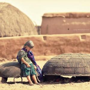 девочка на фоне маленькой деревни в песках пустыни Тар. Фото Люся Маратканова
