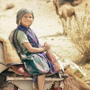 девочка на верблюде в пустыне Тар. Фото Люся Маратканова