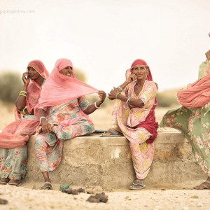 индианки в розовых платках в пустыне Тар. Фото Люся Маратканова