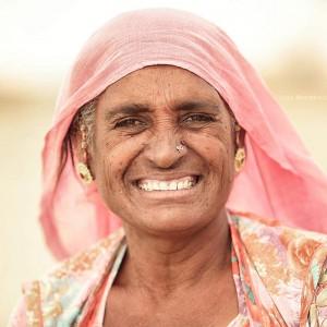 индианка в пустыне Тар в розовом платке улыбается. Фото Люся Маратканова